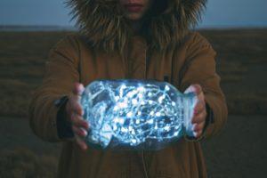 Meid houdt LEDverlichting buiten vast