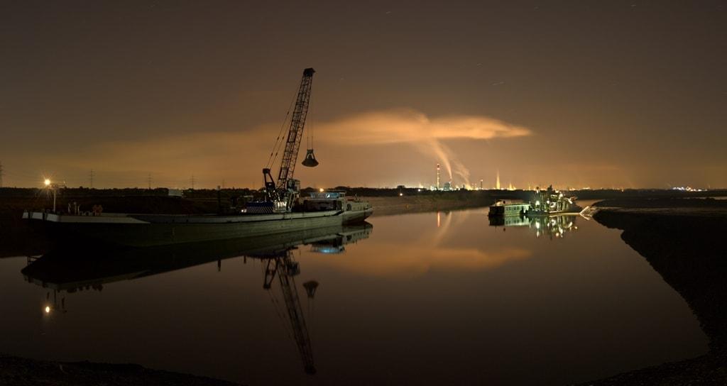 Schaduwwerking door een boot met kraanverlichting